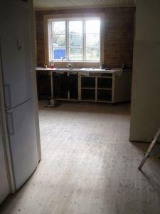Äntligen har vi golv. Och nytt fönster.