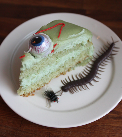 Lyckan var fullkomlig när tårtan serverades på det allra läskigaste vis och det blev mycket tjat om vem som skulle få ögonen. Men när den väl skulle ätas var det lite si och så faktiskt. Kanske var det den gröna färgen som gjorde tårtan lite småäcklig?